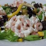 Salade; Garnalen – Krulsla – Olijven – Mais met Dressing van Creme Fraiche – Dille
