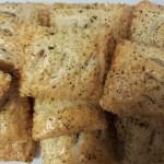Bladerdeeghapjes; Tonijn, Uien, Knoflook, Mais, Olijven, gegrilde Paprika en Italiaanse Kruiden