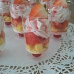 Aardbeitoetje Aardbeiencoulis-Vanillecake-Griekse Joghurt-Aardbeienroom