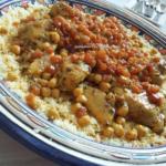 Couscous Drumsticks en Kippenbouten met Groenten en Rozijnen
