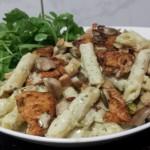 Penne in Blanke Room – Mascarpone – Italiaanse Kruiden – Saus met gegrilde Champignons en Kipstukjes