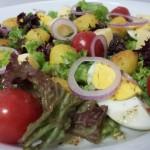 Salade; Krieltjes – Ei – Cherrytomaatjes – Kaasblokjes – Gemengde Krulsla – Rode ui en een KruidenDressing