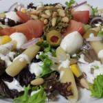 Salade; Penne – Pesto – Pijnboompitten – Krulsla – Mozzarella – Tomaat – Olijven – Mais – Rode ui met een Dressing van Yoghurt – Peterselie