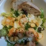 Salade; gemende Sla, Garnalen, Croutons en Parmezaanse Kaas met een Dressing