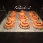 Kaneelbroodjes met Kandijsuiker in de oven
